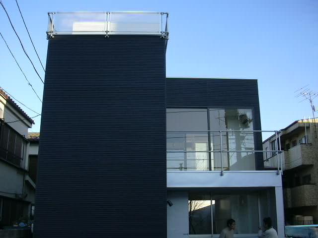 白黒ツートーンのメリハリの効いたお洒落な外観です。白一色だと無難な建物になってしまうし、黒一色だと重くなりすぎるし・・・白黒ミックスすることで適度に軽やかで